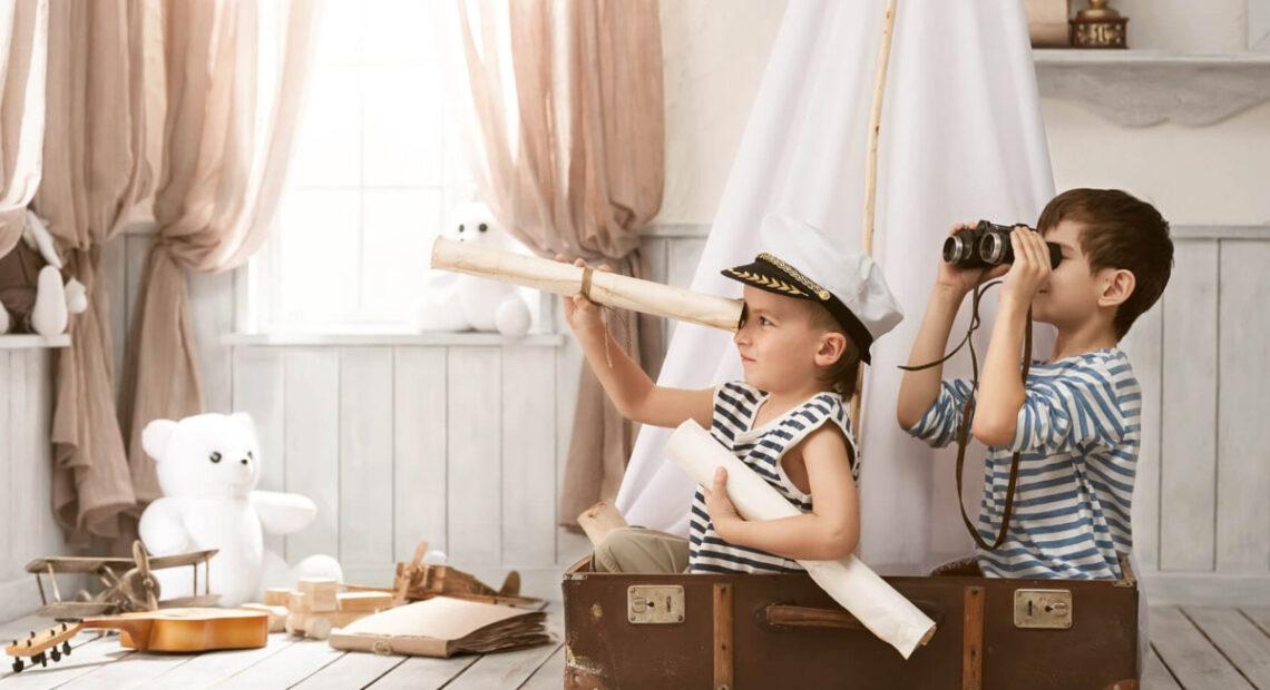 Dzieci bawiące się w żeglarzy