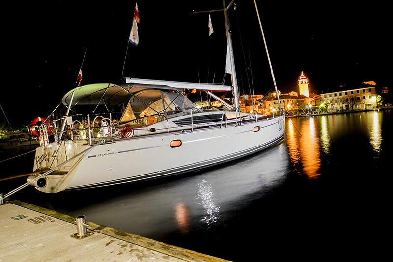 Jacht zakotwiczony w porcie nocą