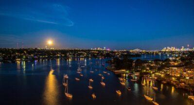 Jachty płynące do portu nocą
