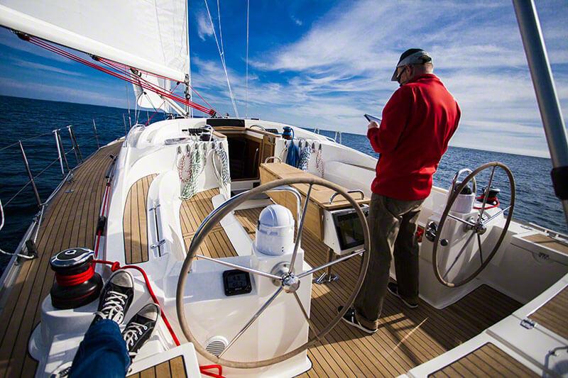 Skiper prowadzi jacht