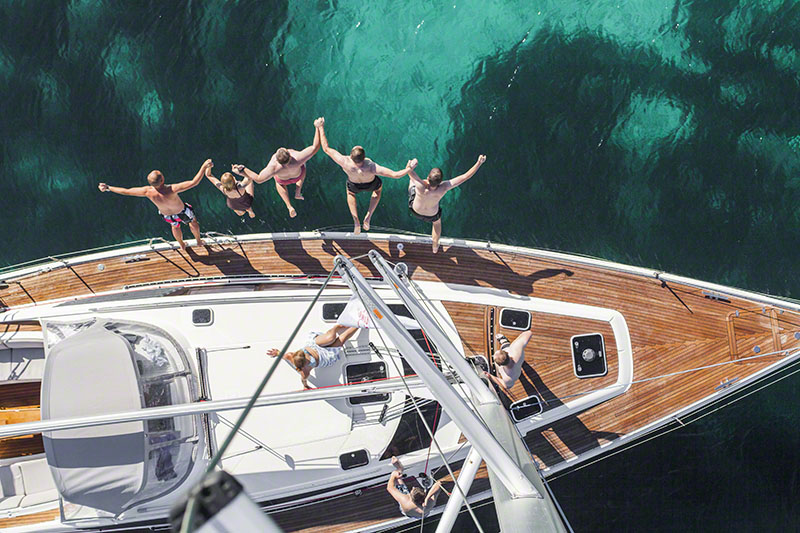 skok z jachtu do wody