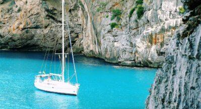 Biały jacht na błękitnej wodzie w zatoce