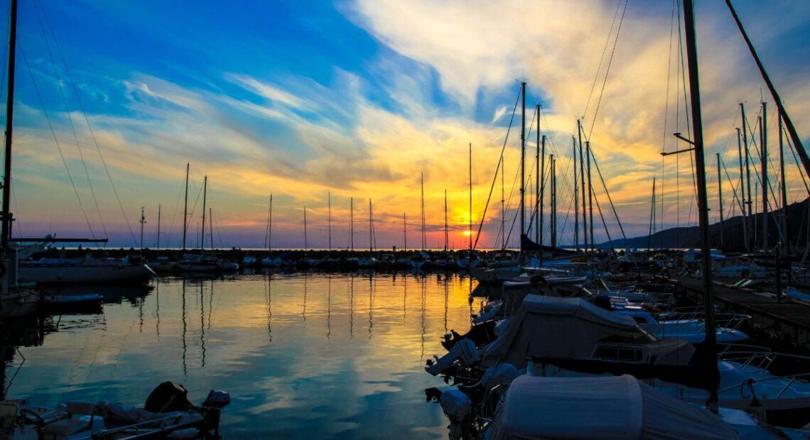 Port o zachodzie słońca