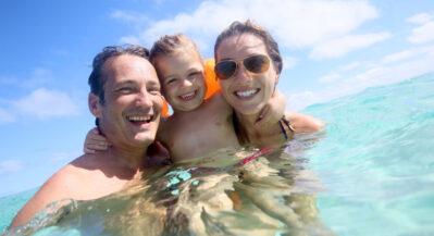 Szczęśliwa rodzina w wodzie
