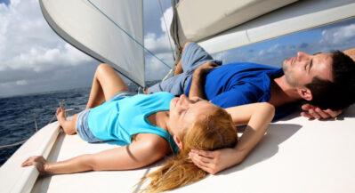 Młoda para opalająca się na pokładzie