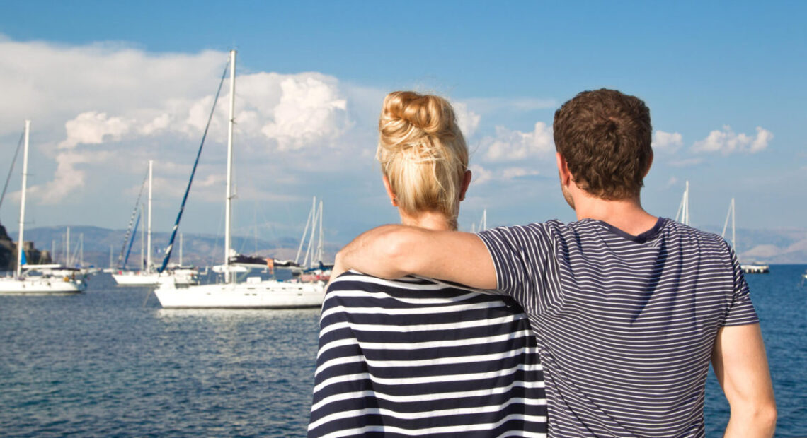 Para oglądająca jachty na morzu