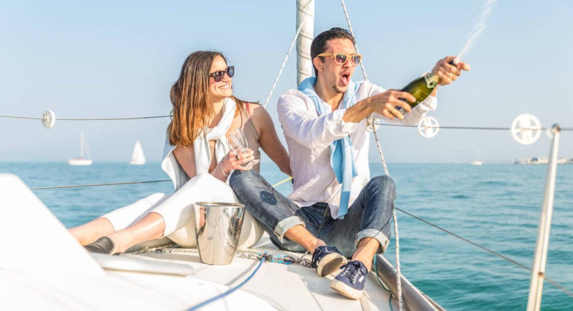 Otwieranie szampana na jachcie