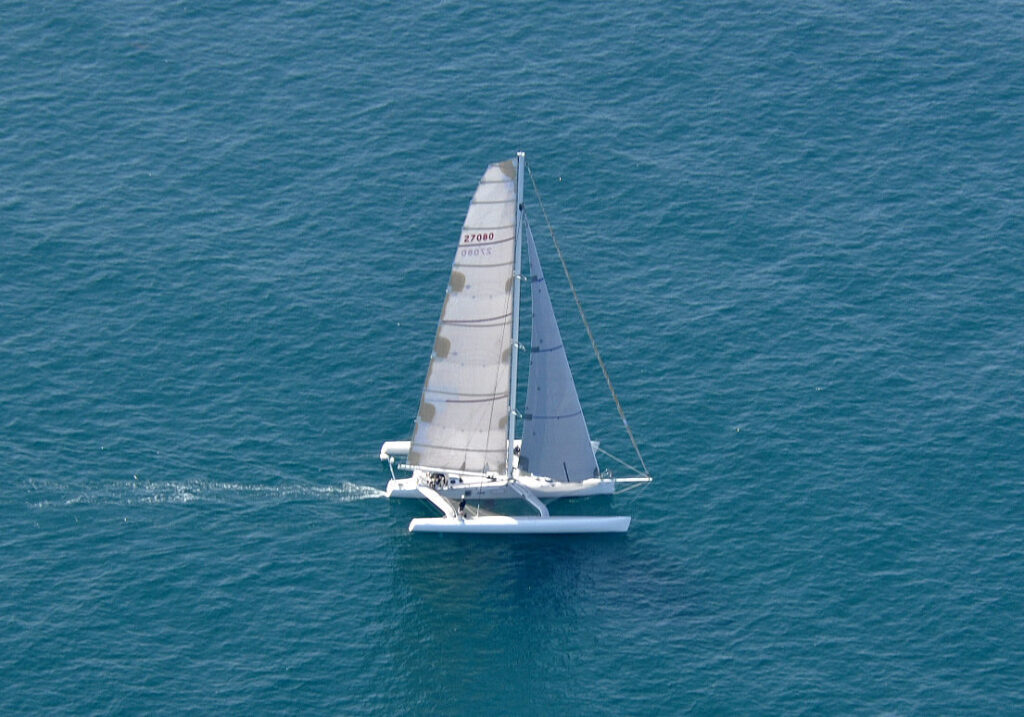 Jacht trzykadłubowy