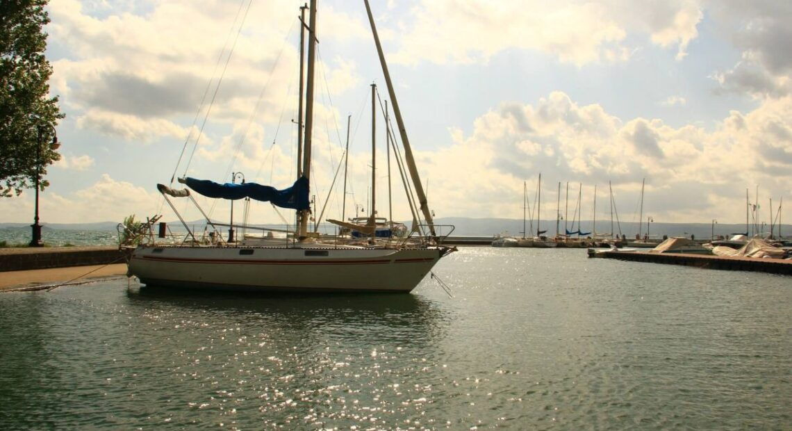 Jacht w marinie