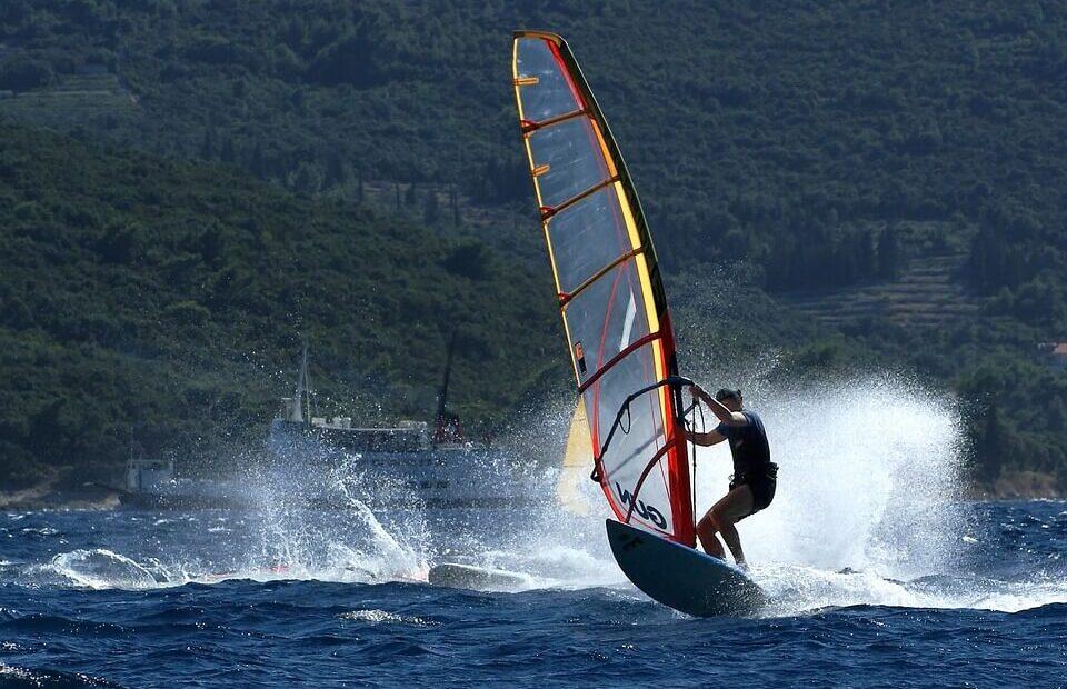 aktywny urlop to połączenie jachtingu z windsurfingiem