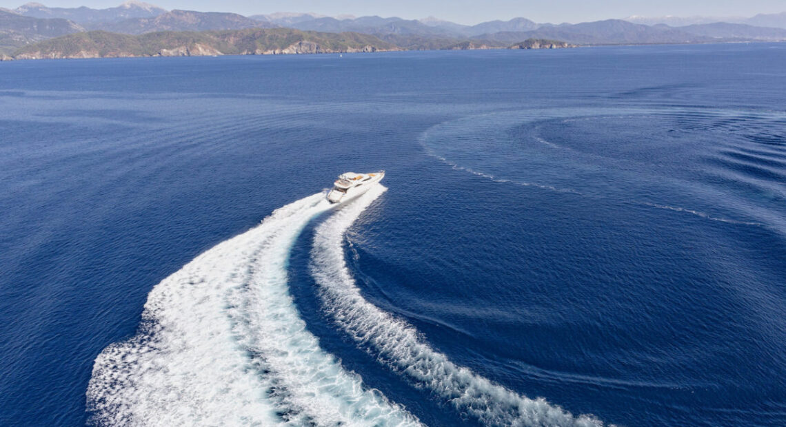 Jacht na wodzie