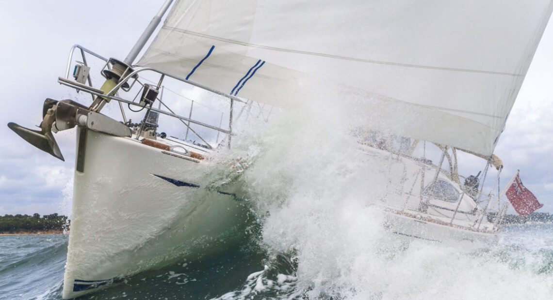 Płynący jacht w przechyle