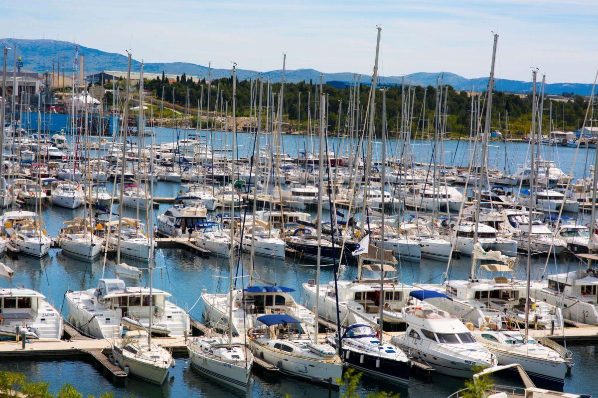 Marina z jachtami