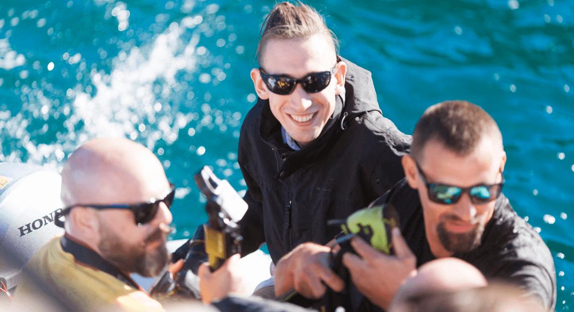 Damian z Miniomków płynie na pontonie
