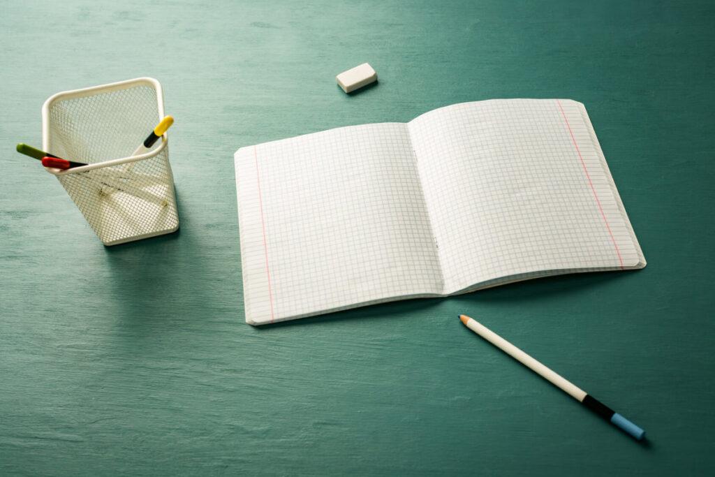 zeszyt i olowek na biurku