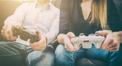 kobieta i mezczyzna graja na konsole