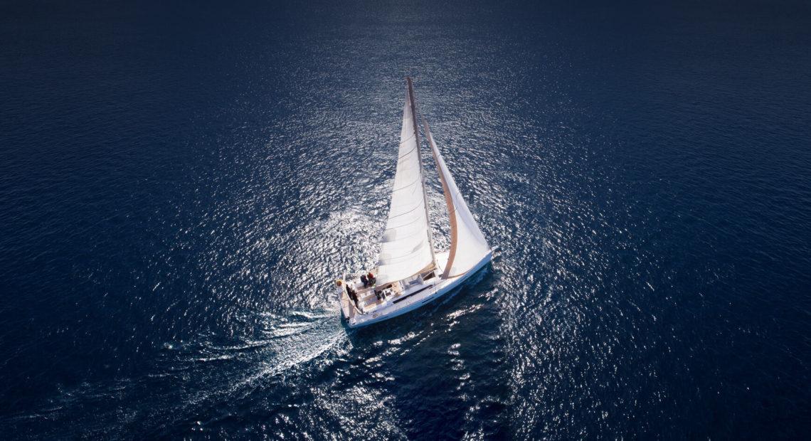 Samotny jacht na morzu