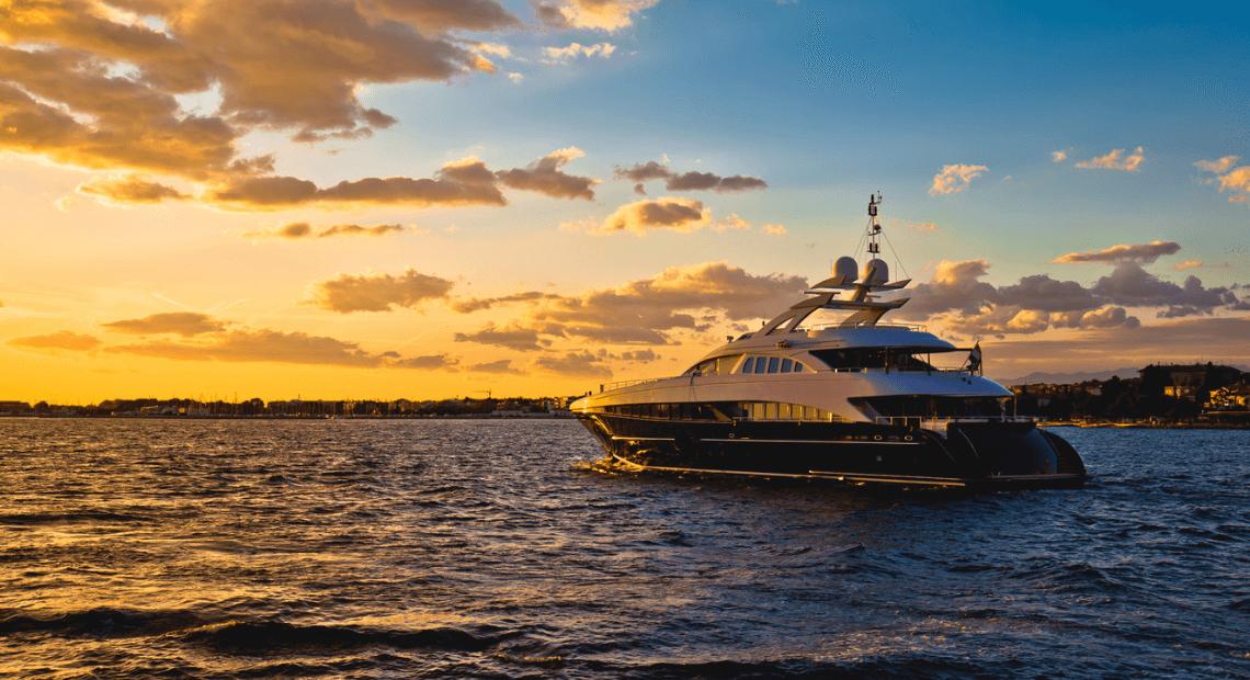 luksusowy jacht na morzu