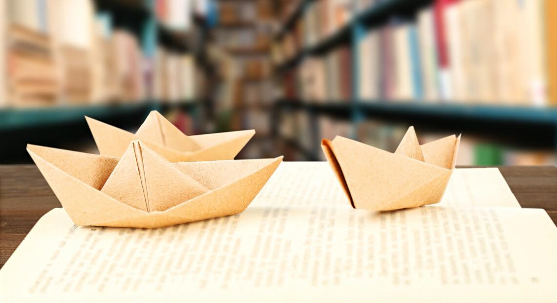 Papierowe statki na książce