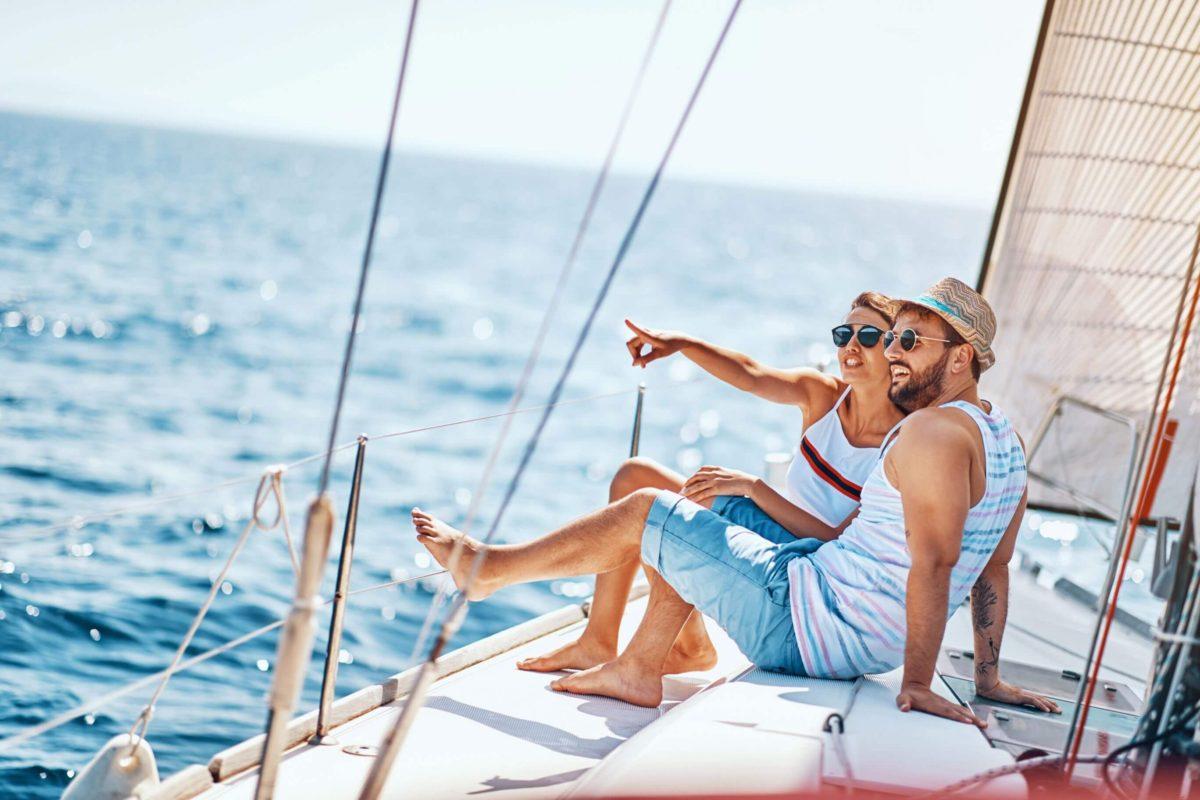 ludzie na pokladzie jachtu