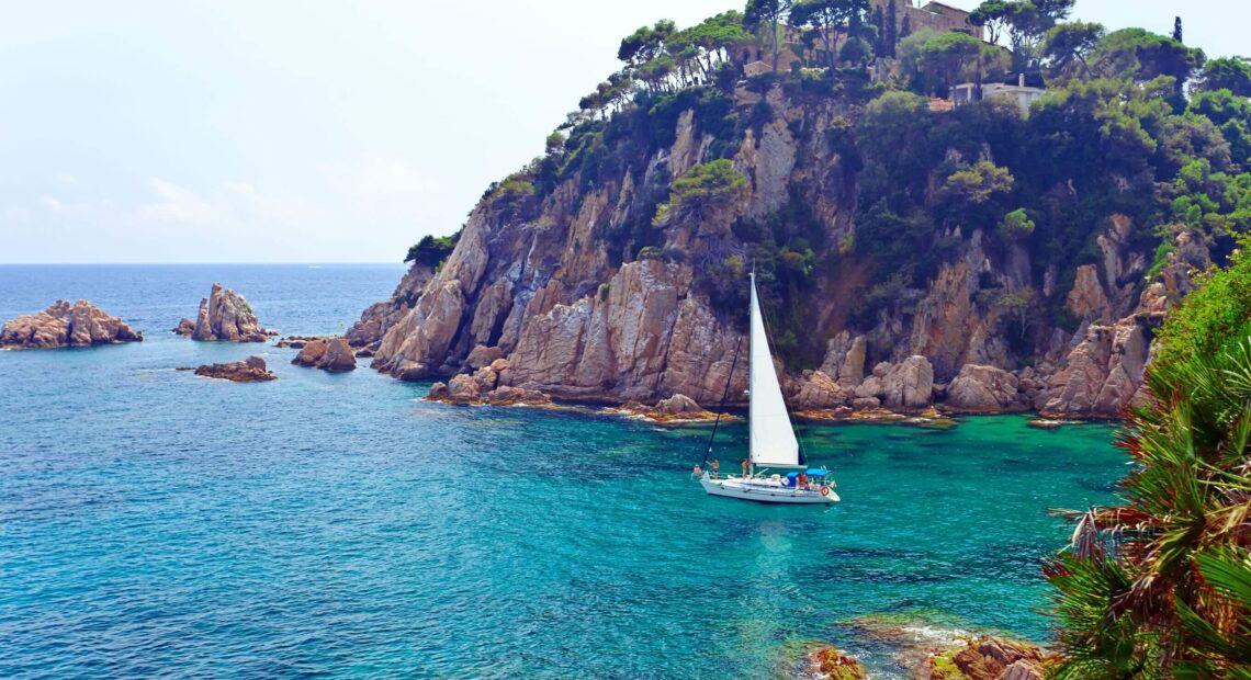 jacht na morzu w hiszpanii