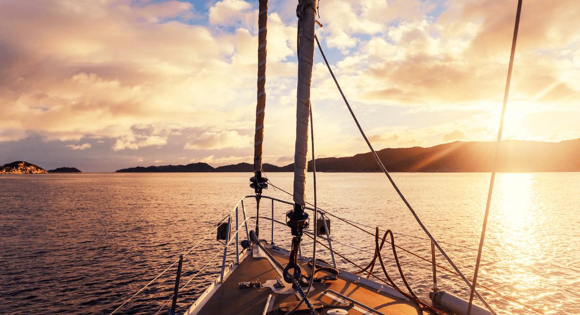 jacht dopływa do brzegu