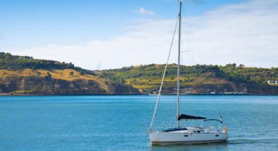 jachty płyną po morzu w Portugalii